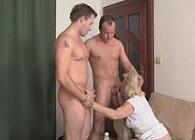 Vieja borracha contrata a dos tíos para que se la follen