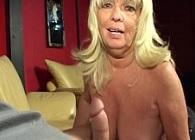 Abuela viciosa hace una mamada mientras se fuma un cigarro