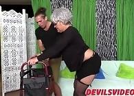 Abuela, apóyate en el taca taca mientras te follo