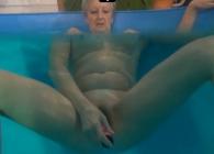 Abuela masturbándose en la piscina