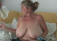 Abuela con unas tetas gigantes se masturba en casa a solas