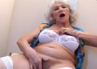 Abuela se divierte masturbándose, chupando y follando en un glory hole