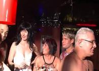Acuden a un club swinger y disfrutan de una orgía salvaje