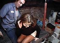 Aprovecha que no está su marido para follar con el fontanero