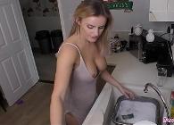 Amas de casa muy guapas semidesnudas en la cocina