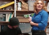 Arresta a un joven ladrón y se lo folla a su antojo en la trastienda