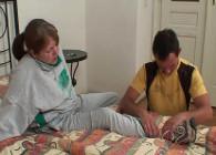 Ayuda a una abuela tetona con su lesión y le regala sexo