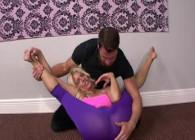Ayuda a su madrastra con el yoga y se la acaba follando fuerte