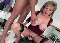 Se la chupa a su esposo mientras un vibrador le provoca un orgasmo