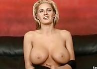 Cincuentona tetona sodomizada en un casting porno