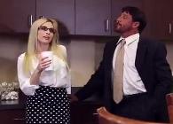 Compañeros de trabajo sustituyen el café por una dura follada por el culo