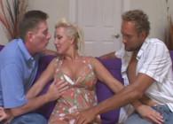 Comparte a su sexy esposa con un amigo en el sofá de casa