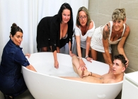 Cuatro señoras acosan a un pobre chaval mientras se daba un baño
