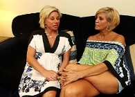 Dos madres muy pijas ruedan su primera escena porno juntas