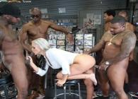 La dueña del sexshop tiene un gangbang con varios clientes a la vez