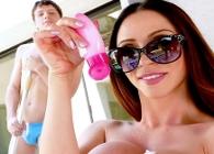 Ariella Ferrera le pide al encargado de la piscina que le ponga cremita