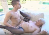 El encargado de la piscina le regaló un orgasmo al aire libre
