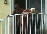 Graba a la vecina mientras folla con un negro en el balcón
