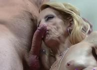 A mi querida esposa le pone cachonda que me corra dentro de su boca