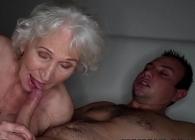 Mientras su marido duerme ella folla con el joven vecino
