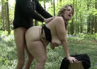 Gordita engaña a su esposo follando con otro en el bosque