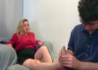 Hace un masaje de pies a su madrastra y se la acaba follando