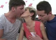 Dos chicos jóvenes le regalan su primer trío sexual
