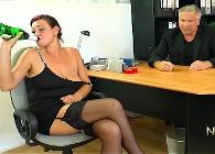 Llega muy borracha al trabajo y el jefe se la folla en su despacho