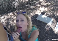 Madre viciosa folla con un desconocido en un parque público