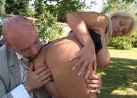 A la madura italiana le meten caña en el jardín de su casa