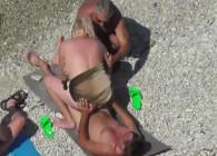 Madurita goza de un trío en una playa nudista