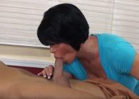 Le agarra la polla a un cliente mientras le hace un masaje