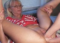 Su marido le hace una doble penetración con sus puños
