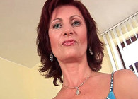 Se masturba ante su marido y juega con un vibrador