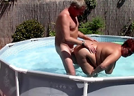 Matrimonio follando al aire libre en la pequeña piscina de casa