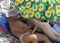 Pilla con la cámara del móvil a un matrimonio teniendo sexo en la playa