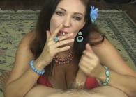 Mientras fuma le hace una paja a su marido