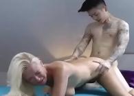 Milf alemana pone a prueba a un joven oriental en la cama