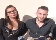 Milf francesa abre las puertas de su casa y de su enorme culo