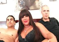 Milf gordita se cita con dos jovencitos que le dan caña en la cama