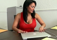Milf latina se pasa el día masturbándose y follando en la oficina