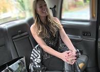 Paga al taxista con un buen polvete en el asiento de atrás