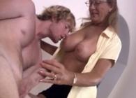 Al llegar a casa pilla a su hijo desnudo y haciéndose una paja
