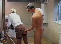 Pilla a la vecina en el cuarto de lavadoras y le abre el culo