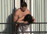 Pilla a sus vecinos follando de manera disimulada en el balcón