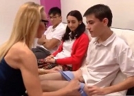 Profesora da una clase de sexología a tres de sus alumnos