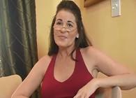 Profesora invita a su alumno a casa y le seduce con sus pechotes
