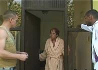 Abuela viciosa recibe desnuda en su casa a dos chicos jóvenes