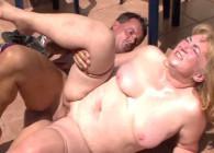 Le regala sexo en la azotea a su vecina gordita