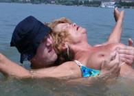 Rescata a una abuela y ella se lo agradece con buen sexo